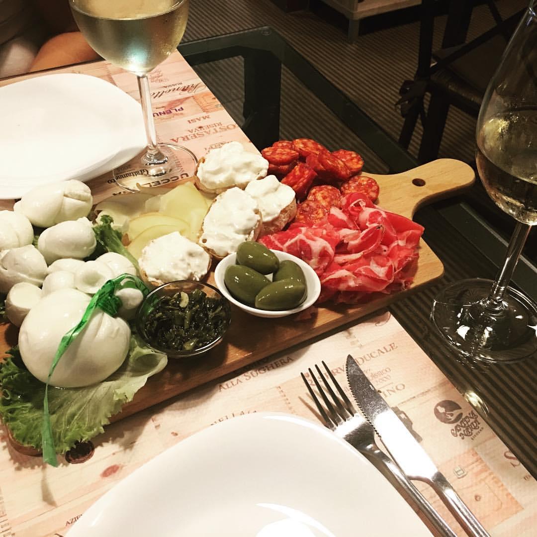 I Calici Da Degustazione : Degustazione con calici di vino accompagnati da tagliere