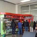 No hay cafetería y solo un puesto de comida rápida pero no da comprobantes de pago.