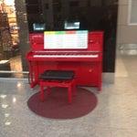 В зале вылетов стоит красное фортепиано с нотами, на котором каждый желающий может исполнить любимое произведение😊