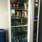 La cronica mancanza di acqua (1,0 €) nel distributore di bevande(peraltro nascosto) è quantomeno sospetta. Al bar le bottigliette costano 1,60 € 😯