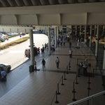 El aeropuerto esta bonito, pero la gente que tiene que esperar las llegadas, van andar con un caloraso. Debieron de penzar esa parte.