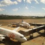 Opções variadas de estabelecimentos, porém com preços de aeroporto. Salgado. hehe O melhor é a vista da pista onde se pode ver os aviões decolando, aterrissando e taxiando.