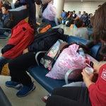 주말이면 늘 많은 사람들로 북적여 자리잡고 앉기 힘든 공항. 사람이 많아서 그렇기도 하겠지만 맥빠진 가방들과 쓰레기 봉다리들이 쉬고 계셔서 더 앉기 힘든곳. 그네들도 힘들어 앉고 싶겠지만 두리번거리며 자리 찾다 기둥에 기대어 가방이 앉은 자리를 바라보는 어르신의 마음은 어떨까? 어린 자식들 보는데 다른데 자리 많쟎아요 이런 기본도 안된 말짓거리는 그만하자