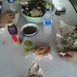 Photo taken at Kak Rose 'kerang bulu-range' by Achmad A. on 12/9/2012