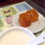 Photo taken at Lotus Garden Dessert Shop 蓮園甜品 by Shaw on 4/3/2014