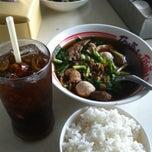 Photo taken at หมูตุ๋น เนื้อตุ๋น ยาจีน by Jacky C. on 11/15/2013