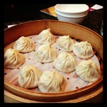Photo taken at Din Tai Fung Dumpling House 鼎泰豐 by Harry Y. on 11/23/2012