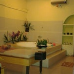 Photo taken at Junjung Buih Beauty Salon & Spa by Rahayu N. on 4/18/2014