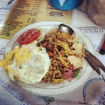 Photo taken at Mie Aceh & Teh Tarik Bang Amad by Surachman R. on 6/5/2014