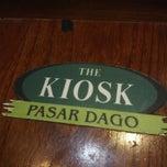 Das Foto wurde bei The Kiosk Pasar Dago von Ozie O. am 6/21/2013 aufgenommen