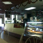 Photo taken at Winchell's DONUT HOUSE by Edel May A. on 12/10/2012