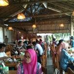 Photo taken at Bebek Goreng H. Slamet by Farry A. on 2/2/2014