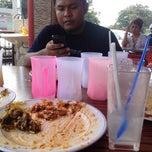 Photo taken at Restoran Ikan Bakar Maju, Shah Alam by Azis on 6/9/2014