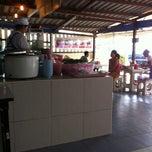 Photo taken at ตลาดไร่วนาสินท์ by Jun{(-_-)} ม. on 10/28/2012