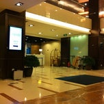 Photo taken at Holiday Inn Express by Kwanthapat S. on 10/28/2012