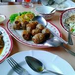 Photo taken at ห้องอาหาร โกแท้ (สมชัย) by Auy W. on 5/11/2013