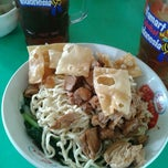 Photo taken at Mie Ayam Pangsit Padamara by Gendon on 12/22/2012