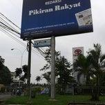 Photo taken at Redaksi Pikiran Rakyat by Fitri A. on 12/17/2013