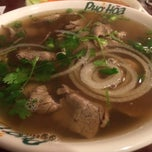 Photo taken at Pho Hoa Noodle Soup by Chee Ming J. on 11/16/2014