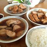 Photo taken at Restoran Hwa Mei 美华肉骨茶 by Pang L. on 12/11/2014