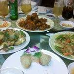 Photo taken at Ái Huê Restaurant 愛華酒樓 by Kiet N. on 2/24/2012