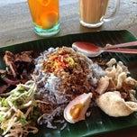 Photo taken at Restoran Nasi Kerabu Golok by Muhamad Zakri on 3/30/2013