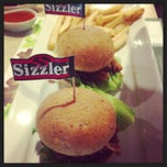 Photo taken at Sizzler (ซิซซ์เล่อร์) by Thanapon T. on 12/28/2012