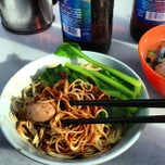 Photo taken at Restoran Soong Kee Beef Ball Noodle (颂记牛肉丸粉) by Ben F. on 12/15/2012