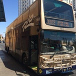 Photo taken at The Deuce Bus Stop at Fremont St by Olli on 9/13/2014