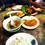 Photo taken at Tomyam Pertama (Kg. Pertama) by Bob bernanah on 7/17/2013