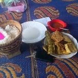 Photo taken at Ayam Goreng Batu Tumpang by Hadi Gunawijaya on 10/25/2014