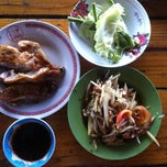 Photo taken at ไก่ย่างวังเพลิง by Nutthapon H. on 12/29/2012