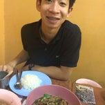 Photo taken at ร้านยืนรอ ก๋วยเตี๋ยวน่องไก่ตุ๋น by Fern on 12/20/2014