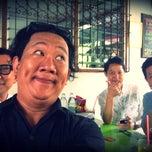 Photo taken at ก๋วยเตี๋ยวปลานายใบ้ ชินเขต by Thanapong P. on 6/21/2014
