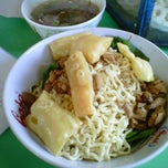 Photo taken at Mie Ayam Pangsit Padamara by Hilman F. on 11/24/2012