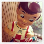 Photo taken at Bob's Big Boy by JT on 8/11/2013