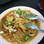 Photo taken at Mee Rebus Haji Wahid by Syamell S. on 4/16/2012