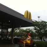 Photo taken at McDonald's & McCafé (แมคโดนัลด์ & แมคคาเฟ่) by Klanarong W. on 10/3/2011