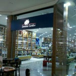 Photo taken at Livrarias Curitiba by Gustavo M. on 9/1/2011