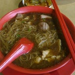 Photo taken at Seng Kee Black Herbal Chicken Soup 成基黑鸡补品 by Chester T. on 10/10/2011