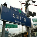 Photo taken at แยกยมราช (Yommarat Intersection) by KNO3 :D on 6/30/2012