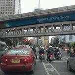 Photo taken at แยกอโศก (Asok Intersection) by chanchai b. on 9/13/2011