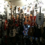 Photo taken at Hank's Guitar Centre by Thiago dMello B. on 10/11/2011