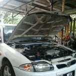 Photo taken at Lian Lee Auto Service by ﻣﺤﻤﺪ ﻓﻄﺮﻱ ﺑﻦ ﻧﺼﻴﺮ M. on 6/22/2011