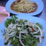 Photo taken at โหงวโภชนา by Kob P. on 8/24/2012