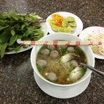 Photo taken at Phở Quỳnh by Ekkapoom R. on 6/27/2012