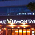 Photo taken at CAFE LEMON TABLE by Jung Hyun B. on 6/16/2012