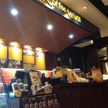 Photo taken at Coffee World (คอฟฟี่ เวิลด์) by Nuuphung b. on 8/28/2012