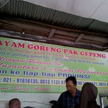 Photo taken at Ayam Goreng Pak Gepeng by Deddi B. on 3/16/2012