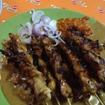 Photo taken at Sate Ayam Ponorogo Pak Seger by Meilinda G. on 6/7/2012